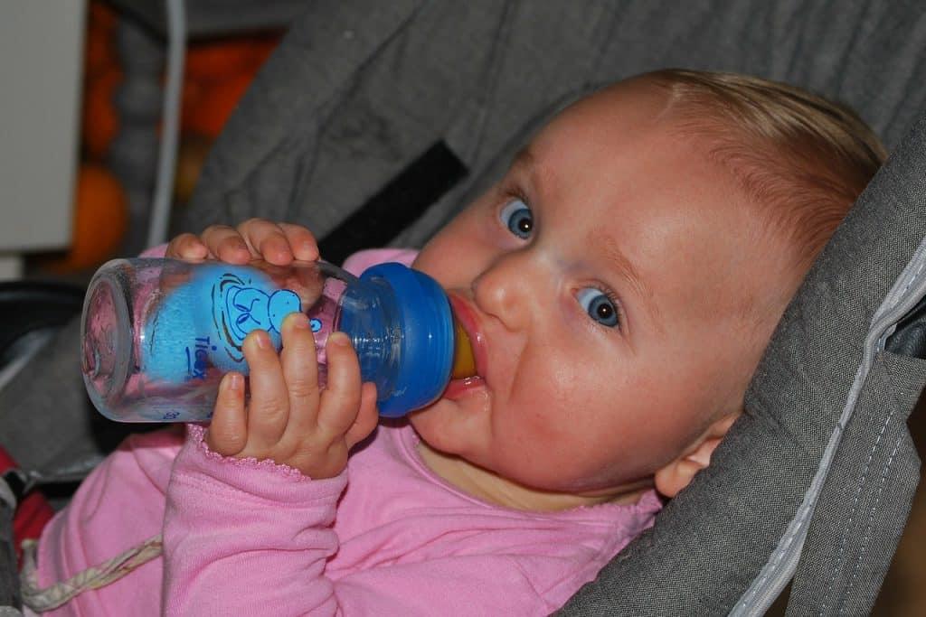 תינוק שותה