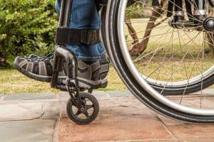 איש על כיסא גלגלים