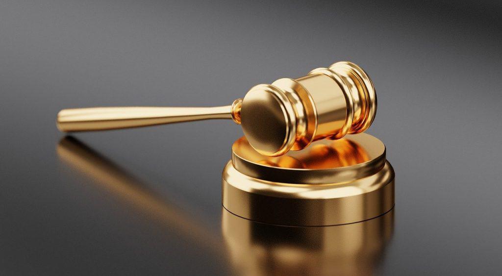 פטיש בית המשפט מוזהב