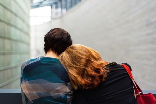 זוג מתנחם בזרועות אחד של השנייה לאחר טיפול זוגי - אילוסטרציה
